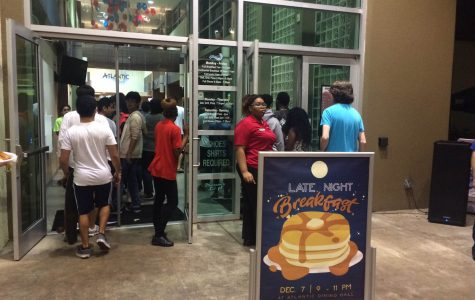 Late night breakfast draws long lines of students