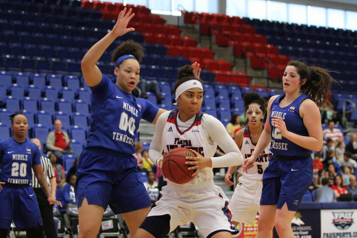 FAU freshman Jacey Bailey pivots to avoid Middle Tennessee sophomore Alex Jones (00) during the Owls 71-59 lost to the Blue Raiders Saturday. Alexander Rodriguez | Contributing Photographer