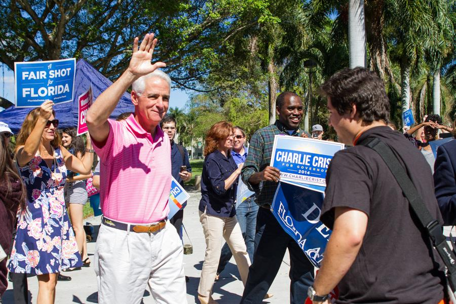 Gubernatorial+candidate+Charlie+Crist+greets+a+crowd+of+around+120+students.+Crist+spoke+the+crowd+for+about+twenty+minutes+about+Amendments+1-3.+%0A%5BSabrina+Martinez+%7C+Assistant+Creative+Director%5D