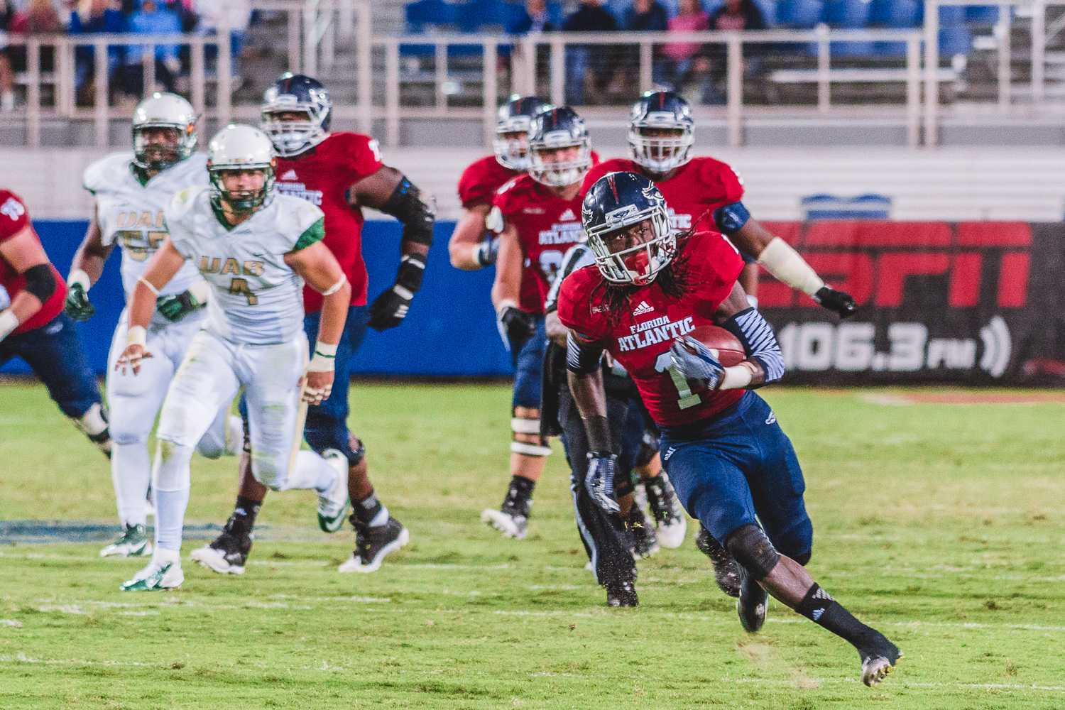 [ Gouthaman Raveendran | Contributing Photographer ] FAU wide receiver Lucky Whitehead, evades UAB defenders to pick up yards.