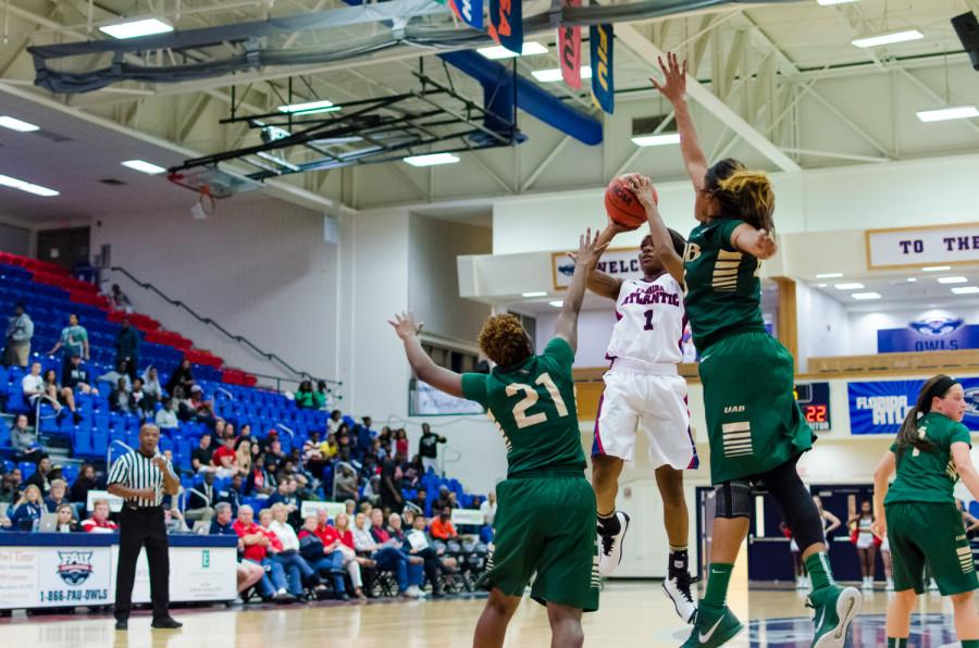 FAU guard, Aaliyah Dotson (1) shoots straight over two of the opposing UAB players.