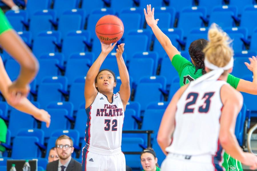 Junior Malia Kency (32) scored 19 points in the Owls loss to FIU on Saturday.  Max Jackson | Staff Photographer