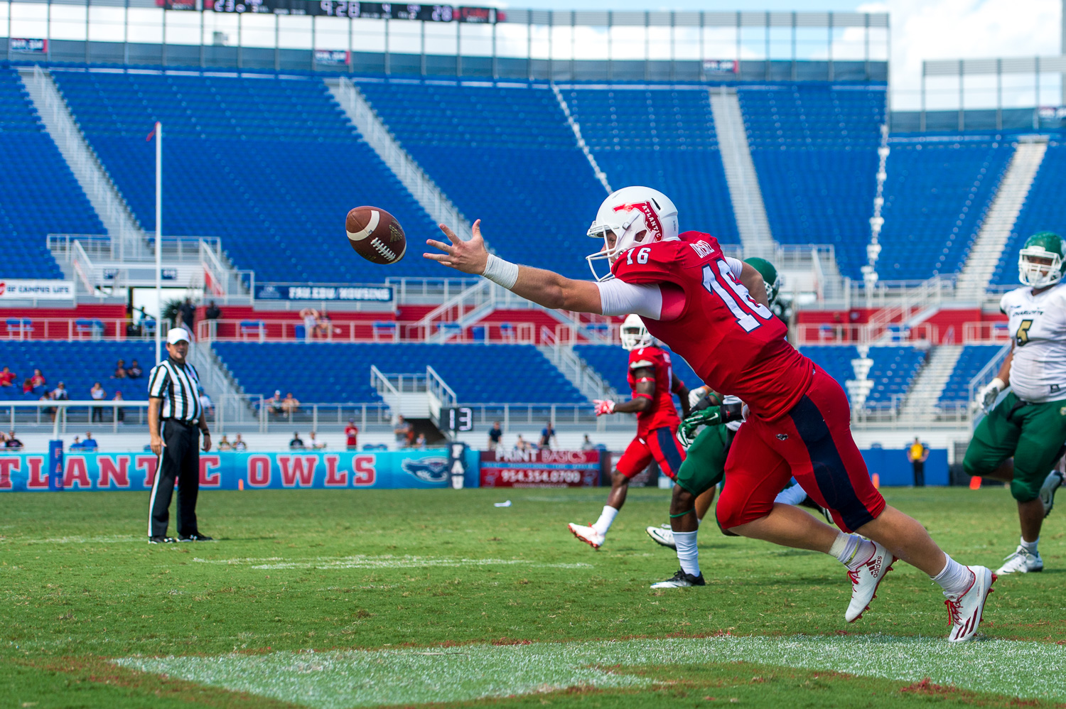 FAU quarterback Jason Driskel (16) reaches for a two point conversion pass thrown by running back Henry Bussey (1)