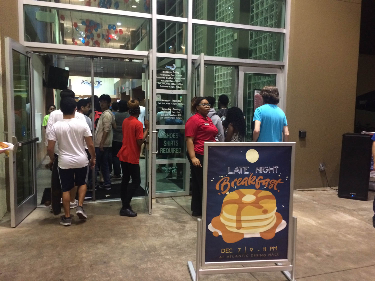 Students line up at the door of the the Atlantic Dining Hall to enter the late night breakfast hosted by Supplemental Instruction Wednsday. Ryan Lynch | Editor in Chief