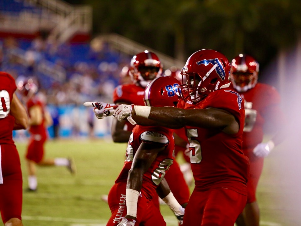 FAU sophomore running back Devin Singletary (5) is seen congratulating his teammates after scoring a touchdown against Middle Tennessee. Singletary scored four rushing touchdowns on the night versus Middle Tennessee Last week. Alexander Rodriguez | Photo Editor
