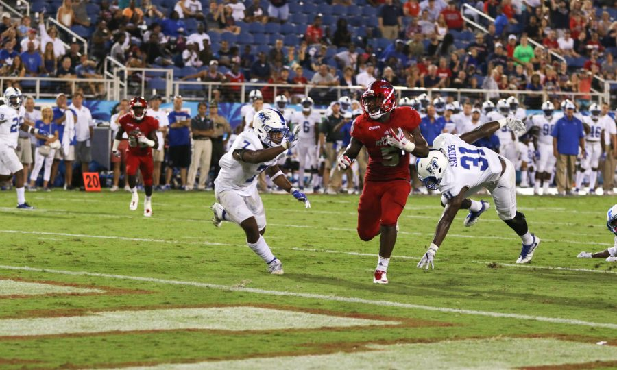 FAU+sophomore+running+back+Devin+Singletary+%285%29+heads+toward+the+FAU+endzone+after+breaking+away+from+a+defender+during+the+Owls+game+versus+MTSU+on+Sept.+30.+Joshua+Giron+%7C+Contributing+Photographer