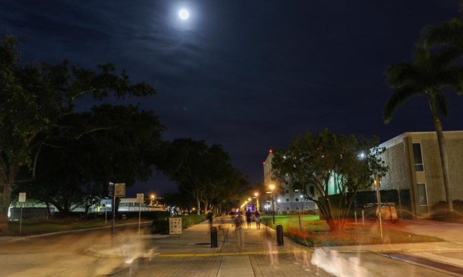 FAU+students+walk+along+the+causeway+after+dark.+Joshua+Giron+%7C+Photo+Editor