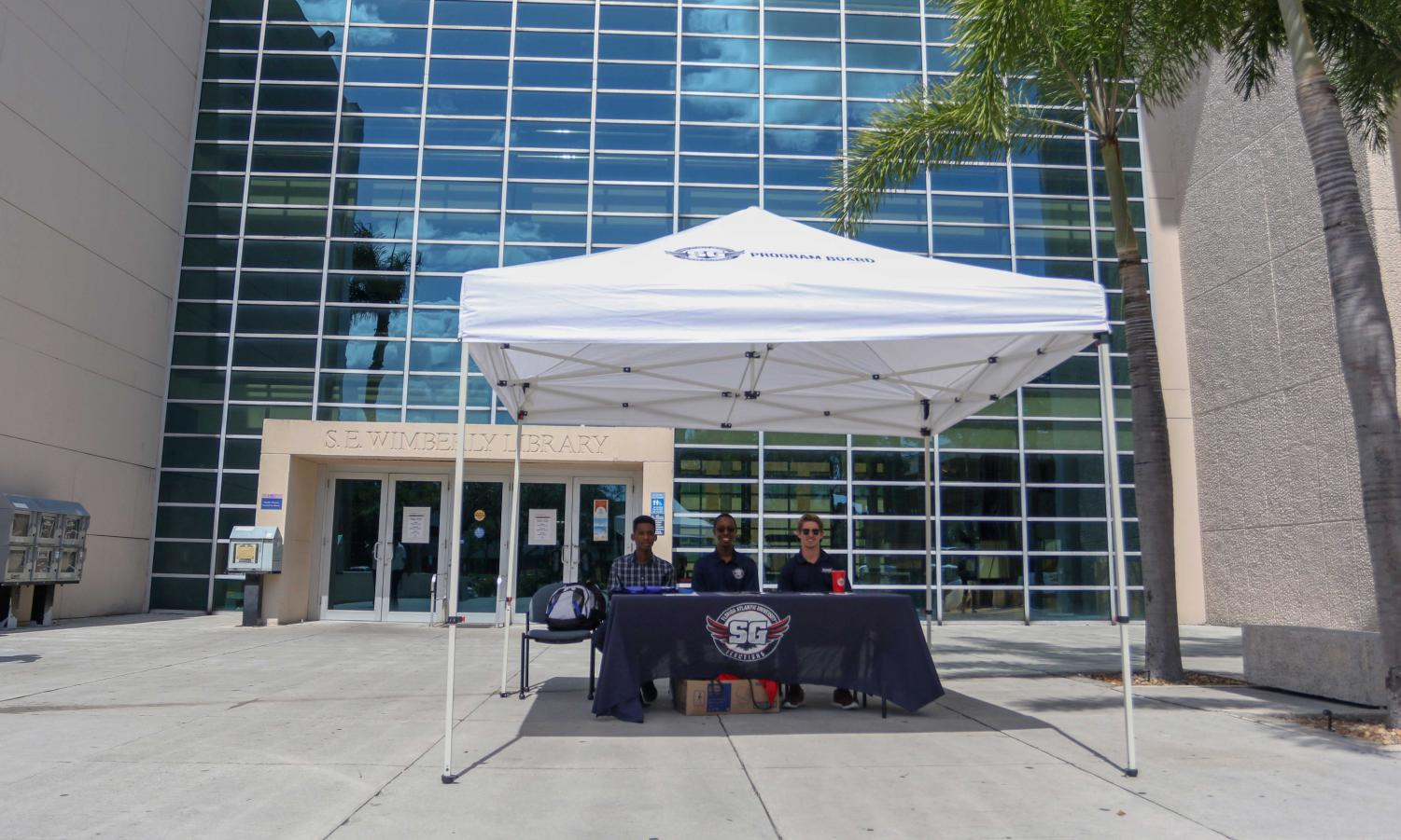 Student Government members encourage students to vote on their way to the Boca campus Wimberly Library yesterday. Tents where students could vote via Owl Central on iPads and laptops were present on the Boca, Davie, and Jupiter campuses Tuesday and Wednesday. Joshua Giron | Photo Editor
