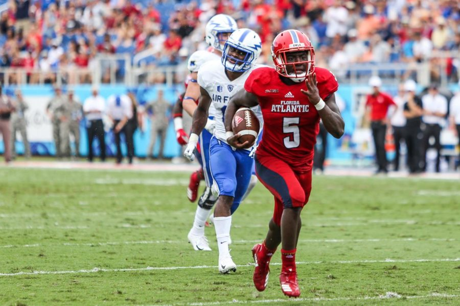 FAU+junior+running+back+Devin+Singletary+%285%29+runs+down+field+with+two+defense+Air+Force+players+attempting+to+catch+up+to+score+a+touchdown+for+FAU+football.+Photo+by%3A+Alexander+Rodriguez%0A