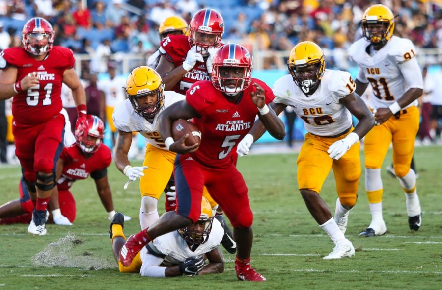 FAU+junior+running+back+Devin+Singletary+%285%29+outruns+a+defensive+Bethune-Cookman+player+before+scoring+a+touchdown+for+FAU.+Photo+by%3A+Alexander+Rodriguez%0A
