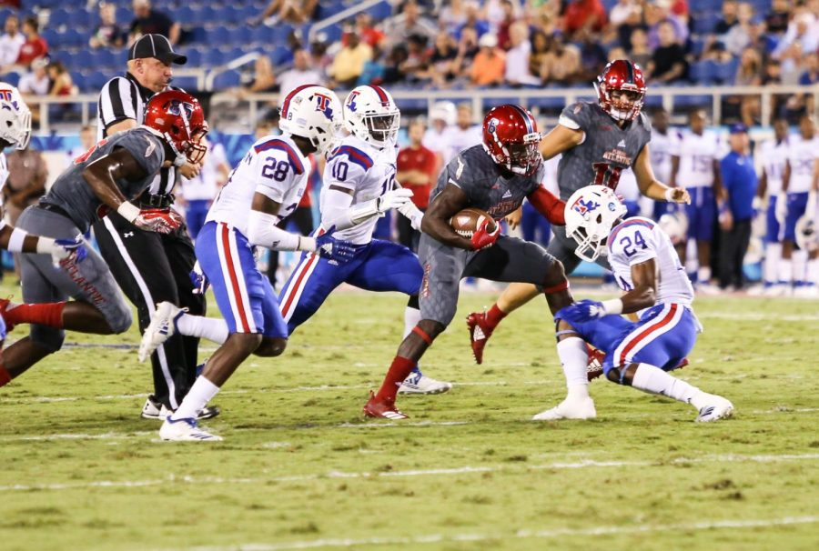 FAU+redshirt+junior+running+back+Kerrith+Whyte+Jr.+%286%29+attempts+to+side+step+against+a+LA+Tech+defensive+player.+Photo+by%3A+Alexander+Rodriguez