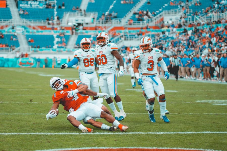 FAU+RB+BJ+Emmons+was+a+heavy+contributor+in+the+Owls+bowl+win+against+SMU+as+he+had+17+carries+for+72+yards+and+a+touchdown.+Photo+by+Alex+Liscio.